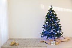 Χριστουγεννιάτικο δέντρο στη ημέρα των Χριστουγέννων σε ένα άσπρο δωμάτιο με τα δώρα Στοκ φωτογραφία με δικαίωμα ελεύθερης χρήσης