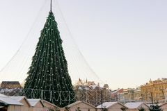Χριστουγεννιάτικο δέντρο στη Λιθουανία Vilnius στην εμφάνιση Στοκ Φωτογραφία