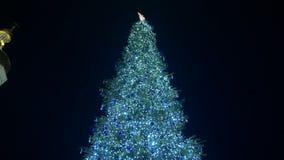 Χριστουγεννιάτικο δέντρο στη πλατεία της πόλης απόθεμα βίντεο
