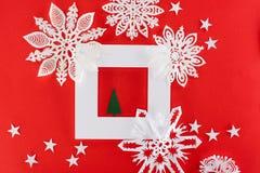 Χριστουγεννιάτικο δέντρο στο άσπρο πλαίσιο με τα αστέρια και snowflakes εγγράφου γύρω Στοκ φωτογραφίες με δικαίωμα ελεύθερης χρήσης