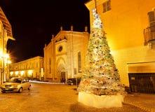 Χριστουγεννιάτικο δέντρο στο μικρό plaza. Alba, Ιταλία. Στοκ εικόνες με δικαίωμα ελεύθερης χρήσης