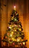 Χριστουγεννιάτικο δέντρο στο σπίτι Θολωμένη φωτογραφία στοκ φωτογραφίες με δικαίωμα ελεύθερης χρήσης