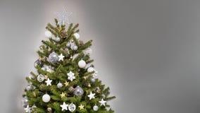 Χριστουγεννιάτικο δέντρο σχεδίου με τις άσπρες, ασημένιες και χρυσές διακοσμήσεις Στοκ φωτογραφία με δικαίωμα ελεύθερης χρήσης