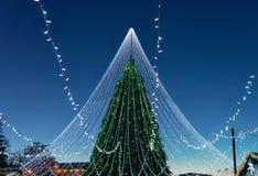 Χριστουγεννιάτικο δέντρο τη διακόσμηση που εγκαθίσταται με στο τετράγωνο καθεδρικών ναών Vilnius Στοκ φωτογραφία με δικαίωμα ελεύθερης χρήσης