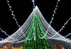 Χριστουγεννιάτικο δέντρο τη διακόσμηση που εγκαθίσταται με στο τετράγωνο καθεδρικών ναών Vilnius Στοκ Εικόνες