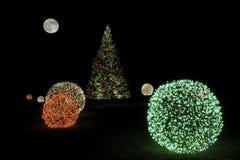 Χριστουγεννιάτικο δέντρο τη νύχτα με τη πανσέληνο Στοκ φωτογραφία με δικαίωμα ελεύθερης χρήσης