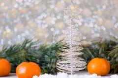 Χριστουγεννιάτικο δέντρο φιαγμένο από καλώδιο σε ένα υπόβαθρο των κλάδων έλατου Στοκ Φωτογραφίες