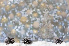 Χριστουγεννιάτικο δέντρο φιαγμένο από καλώδιο σε ένα υπόβαθρο των κλάδων έλατου Στοκ φωτογραφία με δικαίωμα ελεύθερης χρήσης