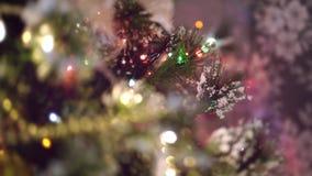 Χριστουγεννιάτικο δέντρο Bokeh με τα θολωμένα φω'τα και τις διακοσμήσεις απόθεμα βίντεο