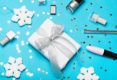 Χριστουγεννιάτικο δώρο καθορισμένο: διακοσμητικό cosmrtic και κιβώτιο δώρων με το εορταστικό ντεκόρ Η τοπ άποψη, επίπεδη βάζει Στοκ φωτογραφία με δικαίωμα ελεύθερης χρήσης