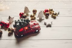 χριστουγεννιάτικο δώρο κόκκινο παιχνίδι αυτοκινήτων με το χριστουγεννιάτικο δέντρο στην κορυφή στο whi Στοκ Εικόνα