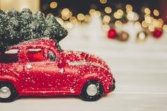 χριστουγεννιάτικο δώρο κόκκινο παιχνίδι αυτοκινήτων με το χριστουγεννιάτικο δέντρο στην κορυφή στο whi Στοκ Φωτογραφία