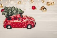 χριστουγεννιάτικο δώρο κόκκινο παιχνίδι αυτοκινήτων με το χριστουγεννιάτικο δέντρο στην κορυφή στο whi Στοκ Εικόνες