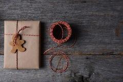 Χριστουγεννιάτικο δώρο με ένα διαμορφωμένο διακοπές μπισκότο Στοκ φωτογραφία με δικαίωμα ελεύθερης χρήσης