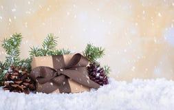 Χριστουγεννιάτικο δώρο με το μειωμένο χιόνι στοκ εικόνες