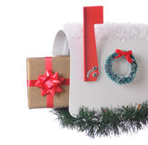 Χριστουγεννιάτικο δώρο στην ταχυδρομική θυρίδα που απομονώνεται Στοκ εικόνα με δικαίωμα ελεύθερης χρήσης