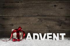 Χριστουγεννιάτικο δώρο ή δώρο με την κλασσική κόκκινη κορδέλλα ή τόξο στο RU Στοκ εικόνα με δικαίωμα ελεύθερης χρήσης
