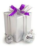 Χριστουγεννιάτικο δώρο με τις διακοσμήσεις Στοκ Εικόνα
