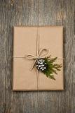 Χριστουγεννιάτικο δώρο στο καφετί έγγραφο που δένεται με τη συμβολοσειρά Στοκ Φωτογραφία