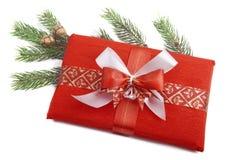 Χριστουγεννιάτικο δώρο στο κόκκινο Στοκ Εικόνα