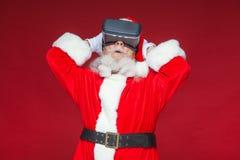Χριστούγεννα Άγιος Βασίλης στα μαύρα γυαλιά εικονικής πραγματικότητας κάνει τις χειρονομίες με τα χέρια του έκπληξη, συγκίνηση νέ στοκ φωτογραφίες με δικαίωμα ελεύθερης χρήσης