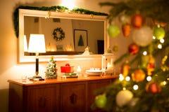Χριστούγεννα - άνετο εγχώριο εσωτερικό με τις διακοσμήσεις και το δέντρο Στοκ Εικόνες