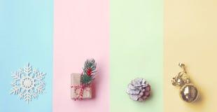 Χριστούγεννα, έγγραφο χρώματος κρητιδογραφιών, κιβώτιο δώρων, χρυσή σφαίρα, κώνος πεύκων στοκ φωτογραφία