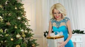 Χριστούγεννα, έκπληξη του νέου έτους, το κορίτσι δίνει μια γυναίκα δώρων Χριστουγέννων που γιορτάζει κοντά στο χριστουγεννιάτικο  απόθεμα βίντεο