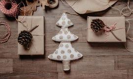 Χριστούγεννα ή νέα δώρα έτους Έννοια ντεκόρ διακοπών Τονισμένη εικόνα Τοπ όψη στοκ φωτογραφία με δικαίωμα ελεύθερης χρήσης