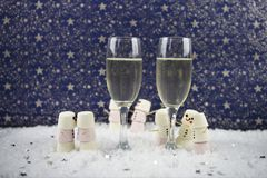 Χριστούγεννα ή νέα εικόνα φωτογραφίας τροφίμων και ποτών έτους που χρησιμοποιούν marshmallows που διαμορφώνονται ως χιονάνθρωπος  Στοκ εικόνες με δικαίωμα ελεύθερης χρήσης