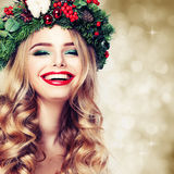 Χριστούγεννα ή νέα ομορφιά έτους Χαμογελώντας πρότυπη γυναίκα Στοκ εικόνα με δικαίωμα ελεύθερης χρήσης