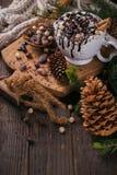 Χριστούγεννα ή νέα σύνθεση έτους με τον καυτό Δρ σοκολάτας ή κακάου στοκ φωτογραφίες