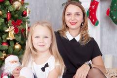 Χριστούγεννα ή νέος εορτασμός έτους Ευτυχείς μητέρα και κόρη emb Στοκ εικόνα με δικαίωμα ελεύθερης χρήσης