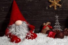 Χριστούγεννα ή νέος νάνος Χριστουγέννων έτους διακόσμηση-αστείος στο χιόνι W Στοκ Φωτογραφία