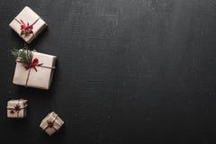 Χριστούγεννα ή νέο τύλιγμα βιοτεχνίας κιβωτίων δώρων έτους, χειροποίητα επάνω από την όψη Επίπεδος βάλτε Στοκ Εικόνες