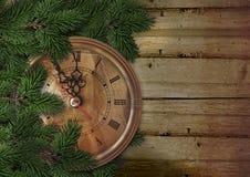 Χριστούγεννα ή νέο υπόβαθρο έτους με το δέντρο έλατου και το εκλεκτής ποιότητας ρολόι Στοκ Εικόνες