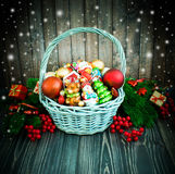Χριστούγεννα ή νέο υπόβαθρο έτους με το καλάθι στοκ φωτογραφίες