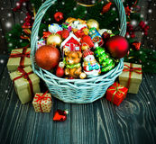 Χριστούγεννα ή νέο υπόβαθρο έτους με το καλάθι στοκ εικόνες