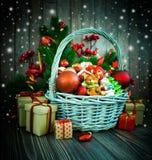 Χριστούγεννα ή νέο υπόβαθρο έτους με το καλάθι στοκ εικόνα