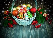 Χριστούγεννα ή νέο υπόβαθρο έτους με το καλάθι στοκ φωτογραφία