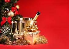 Χριστούγεννα ή Παραμονή Πρωτοχρονιάς CHAMPAGNE και παρουσιάζει άνω της κόκκινης ΤΣΕ στοκ εικόνα