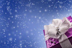 Χριστούγεννα ή πορφυρό δώρο του βαλεντίνου με το ασημένιο αφηρημένο μπλε υπόβαθρο κορδελλών Στοκ εικόνα με δικαίωμα ελεύθερης χρήσης