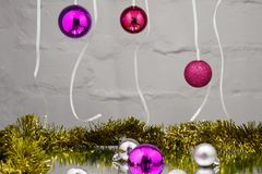 Χριστούγεννα ή υπόβαθρο αποκριών με τις χρωματισμένες κορδέλλες, διακοσμήσεις, έγγραφο Στοκ Εικόνες