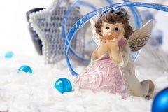 Χριστούγεννα αγγέλου με την μπλε κορδέλλα στο άσπρο υπόβαθρο Στοκ Εικόνα