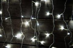 Χριστούγεννα ανασκόπησης εύθυμα Διακοσμήσεις Χριστουγέννων με τις παραδοσιακές διακοσμήσεις και το ατμοσφαιρικό φως Στοκ φωτογραφίες με δικαίωμα ελεύθερης χρήσης