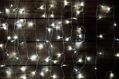 Χριστούγεννα ανασκόπησης εύθυμα Διακοσμήσεις Χριστουγέννων με τις παραδοσιακές διακοσμήσεις και το ατμοσφαιρικό φως Στοκ φωτογραφία με δικαίωμα ελεύθερης χρήσης