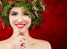 Χριστούγεννα ανασκόπησης πέρα από τη χαμογελώντας λευκή γυναίκα Κορίτσι Χριστουγέννων με τις διακοσμήσεις Χριστουγέννων Στοκ Εικόνες