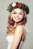 Χριστούγεννα ανασκόπησης πέρα από τη χαμογελώντας λευκή γυναίκα _ Στοκ φωτογραφία με δικαίωμα ελεύθερης χρήσης