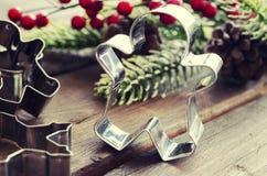 Χριστούγεννα ατόμων μελοψωμάτων coockies και διακόσμηση Στοκ φωτογραφία με δικαίωμα ελεύθερης χρήσης