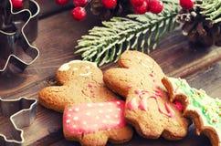 Χριστούγεννα ατόμων μελοψωμάτων coockies και διακόσμηση Στοκ Εικόνες